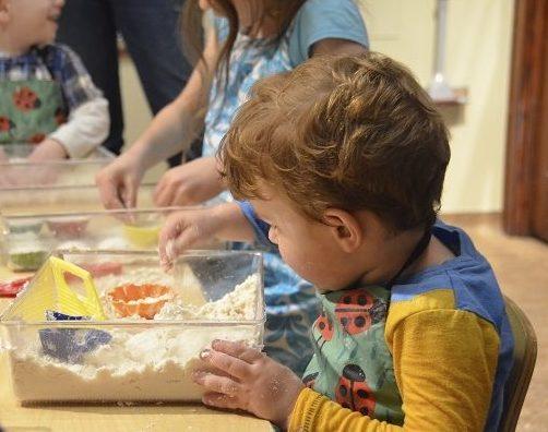 Jak w warunkach domowych wspierać rozwój integracji sensorycznej naszego dziecka? Propozycje gotowych zabaw!